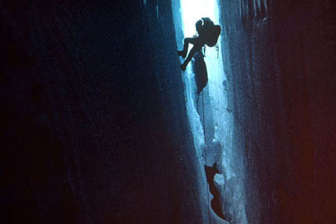 Touching the Void (pol. Czekając na Joe), reż. Kevin Macdonald, 2003